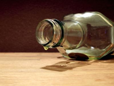 почему нельзя пустую бутылку на стол ставить