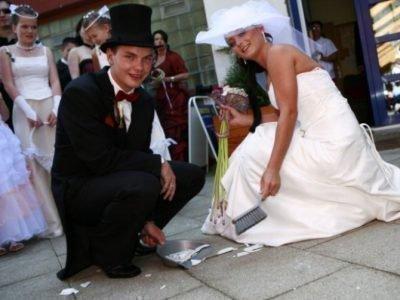 Жених и невеста собирают осколки разбитой посуды