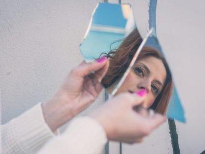 Отражение в осколках зеркала