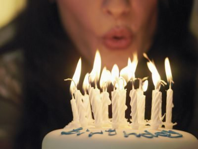 Задувание свечей на торте