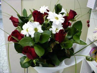 Красные и белые цветы в больницу