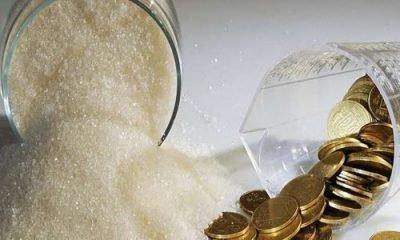 Рассыпанные монеты и сахар на столе