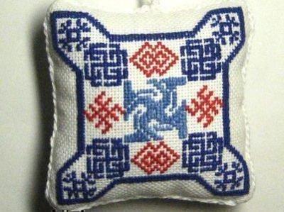 Подушка с вышивкой оберегов