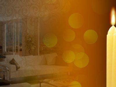 Горящая свеча на фоне комнаты