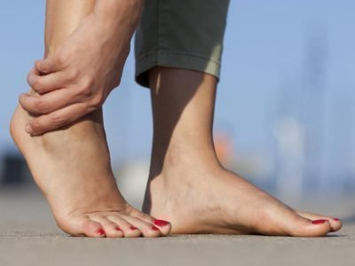 Кисть руки и женские стопы ног