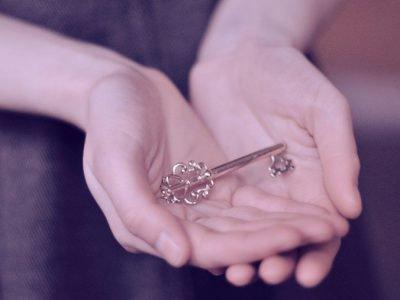 Ключ на ладонях рук