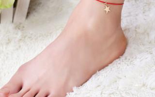 Ношение красной нити на ноге