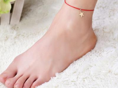 красная нить на ноге