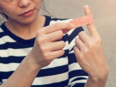 порезать палец на левой руке примета