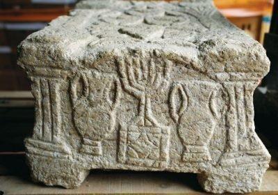 Менора на погребальном камне