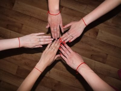 Красная нить, как оберег и символ, встречается в поверьях представителей различных духовных практик и религий. В Азии уверены, что олицетворяет неразрывную духовную связь между душами двух людей. Она может изменяться, трансформироваться с течением лет, но никогда не порвется, поэтому красную нить на запястье повязать должен только близкий человек. Этот талисман можно сделать своими руками. Чтобы он оберегал вас, нужно знать, как правильно его завязать.История происхожденияПопулярностью красный браслет из шерстяной нити обязан иудейскому учению Каббала. Его придерживаются многие политики, шоумены и общественные деятели, поэтому нет ничего удивительного, что люди заинтересовались необычным аксессуаром, который часто стал появляться на запястьях популярных личностей.Само по себе учение Каббала основывается на астрологии, языческих религиозных верованиях и магических ритуалах. Из религиозных текстов впервые была получена информация о том, как правильно завязать красную нить на запястье.По одной из версий первой женой Адама была не Ева, а Лилит, но ее изгнали из рая, после чего женщина превратилась в демоницу и стала воровать земных младенцев.Однажды к ней явились воины-ангелы с требованием прекратить такие деяния, и она согласилась, но при одном условии. Лилит сказала, что не будет брать только тех детей, в чьих именах будет перевод слова «красный» с иудейского.Так этот цвет стал символичным, а красиво завязанная на запястье ребенка нить — мощным оберегом от злых сил физических и духовных.Различия ношения талисмана в разных культурахНужно завязать красную нитку на левое запястье. Все потому, что в этом учении левая сторона – это портал, связывающий внешний мир с энергетической оболочкой человека. Если взять в руку злой предмет, то вся негативная энергетика попадет в тело и начнет вредить душе. Оберег останавливает этот поток.Последователи Каббалы считают красный цвет опасным знаком для внешних негативных сил. Если носить красную нить на левом запястье, человек будет под