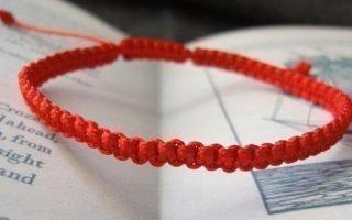 Как завязать красную нить на запястье для привлечения удачи