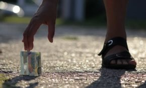 Как советуют поступать приметы и закон, если находишь деньги на улице
