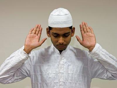 Руку в мусульманской молитве