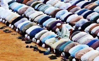 В какую сторону правильно молиться мусульманину