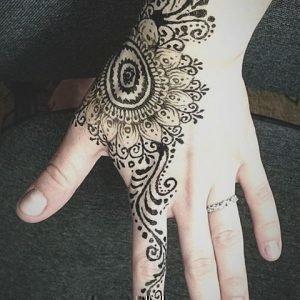 Ассиметричная мандала-тату на руке и пальцах