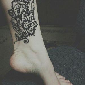 Ассиметричная мандала-тату на ноге