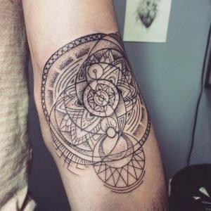Мандала тату с геометрическим орнаментом на руке