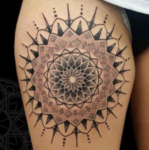 Мандала тату с геометрическим орнаментом в цвете