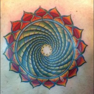 Мандала-тату со спиралью в цвете