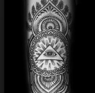 Тату мандала с символом Всевидящее око на плече