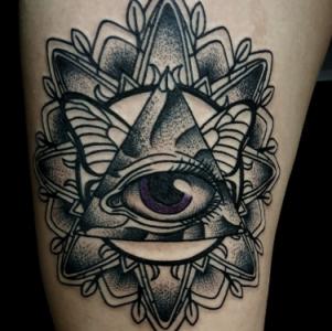 Тату мандала с символом Всевидящее око