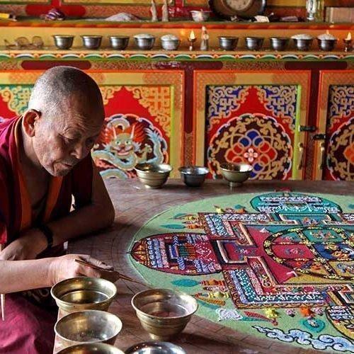 Рисование мандалы будддийским монахом