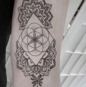 Мандала тату с геометрическим орнаментом сложным