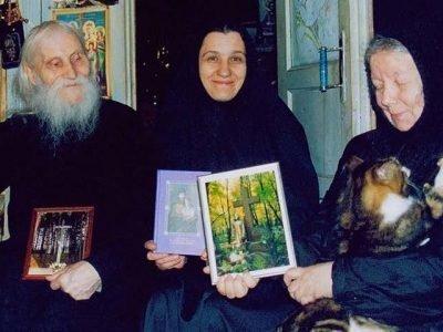 Старец Гурьянов с гостями и котом