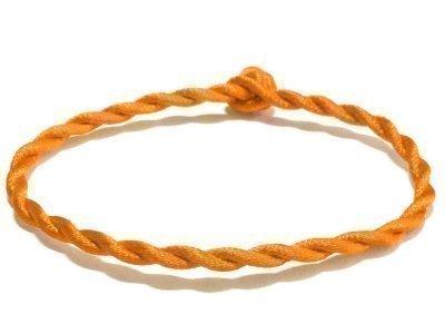 Оранжевая нить на руку