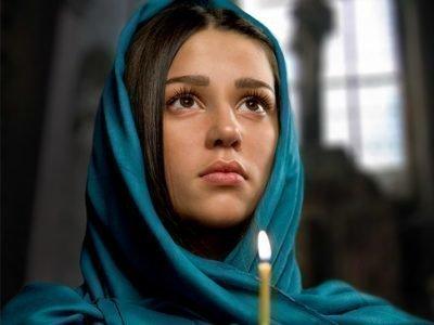 Девушка молится св. Матроне о замужестве