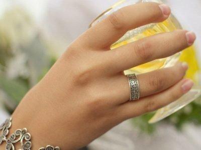 Кольцо-оберег на руке