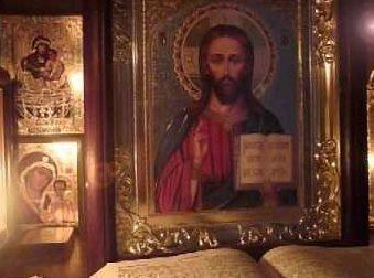 Иконы и свечи в молтве о матери