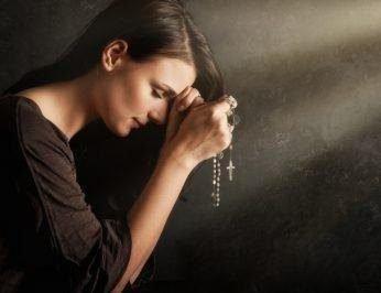 Женщина молится, чтобы муж любил
