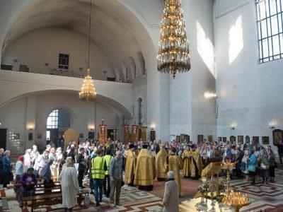 Утренняя молитва в храме