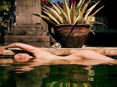 Голый человек в воде - толкование сна