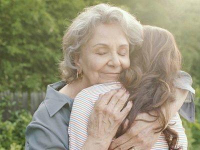 Обнимать уумершую маму во сне