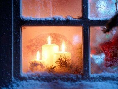 Рождественные свечи на окне