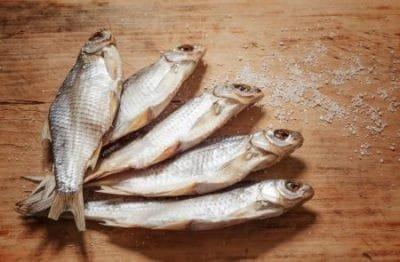 Много мелкой вяленой рыбы снится