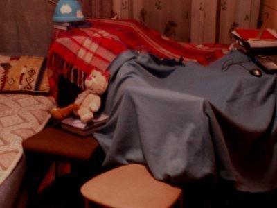 Самодельный шалаш в комнате