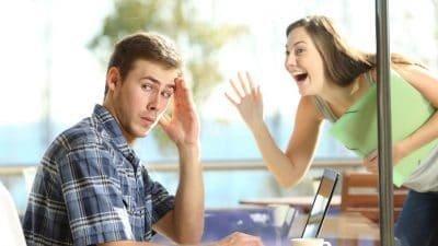 мужчина игнорирует женщину